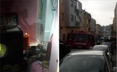 Cruz Roja atiende a una mujer tras un incendio en una vivienda de Badajoz