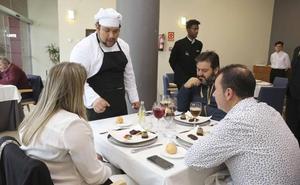 El restaurante de la Escuela de Hostelería de Mérida se llena de comensales todos los jueves