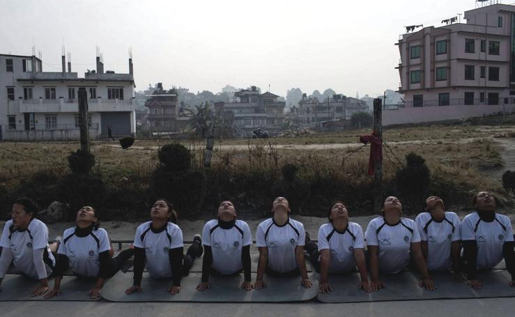 Programa de entrenamiento militar para futuras mujeres reclutas en Katmandú