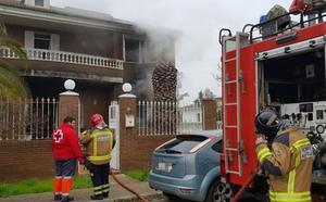 Atienden a una mujer por inhalación de humo en el incendio de una vivienda en Badajoz