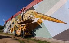 Dos grandes garzas protagonizan el mural urbano del pabellón Guadiana