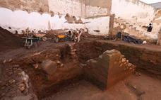 Salen restos vinculados a la muralla romana en la calle Hernán Cortés en Mérida