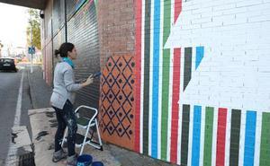 Isabel Flores pinta el tercer mural urbano