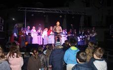 Los villancicos de los usuarios del club La Paz de Malpartida de Cáceres dan inicio al programa navideño