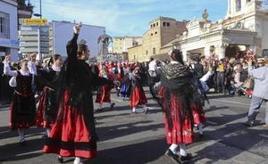 El folclore y el fervor de miles de fieles acompañaron a la Mártir en su día grande en Mérida
