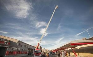 Los bomberos de Cáceres estrenan un camión-escala capaz de alcanzar 12 plantas de altura
