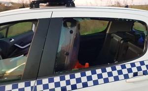 Una mujer en busca y captura por varios juzgados intenta fugarse de un coche de la Policía de Badajoz