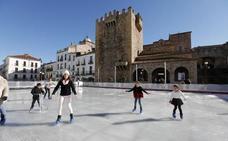 El acuerdo por la pista de hielo incluye que el Ayuntamiento de Cáceres pague luz y agua