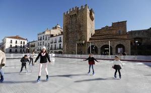 El PSOE critica que el Ayuntamiento pague la luz y el agua de la pista de hielo