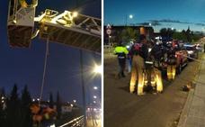 Los bomberos de Badajoz rescatan a un hombre herido tras caer al Rivillas