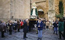 La Esperanza sale en procesión