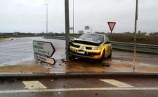 Un coche cargado de jamones robados choca contra una farola en Gévora en su huida