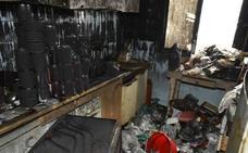 Dos policías salvan a un hombre atrapado en el incendio de un piso en Badajoz