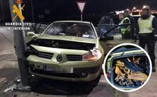 Dos detenidos tras estrellar en Gévora un coche cargado con jamones robados