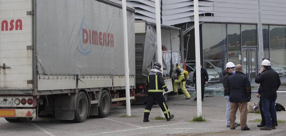 Un camión de mercancías peligrosas se empotra contra un concesionario en Zafra