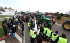Una tractorada por unos precios justos termina pidiendo la dimisión de Yolanda García Seco