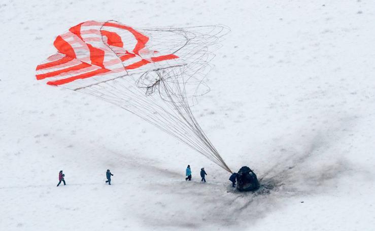 La nave tripulada rusa Soyuz MS-09 aterriza en la estepa kazaja