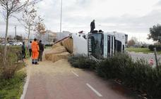 Un camión vuelca en la Ronda Norte sin causar heridos