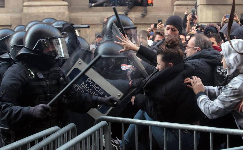 Resultado de imagen para Fotos de los disturbios en Barcelona