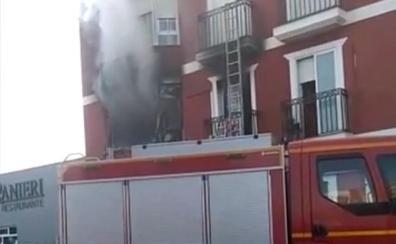 Un herido grave y un edificio desalojado por un incendio en Montijo