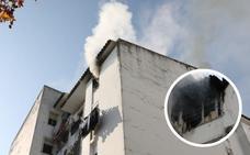 Un incendio en la barriada de Santa Eulalia de Mérida obliga a desalojar un edificio