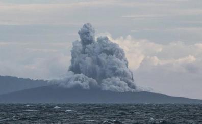 El volcán indonesio Anak Krakatoa pierde dos terceras partes de su altura