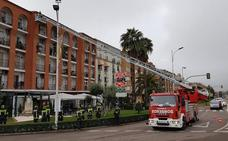 Los bomberos de Don Benito-Villanueva simulan casos reales del vehículo autoescala