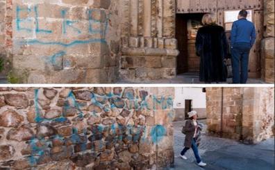 La Policía busca al autor de los grafitis en la Puerta de Coria y San Nicolás de Plasencia