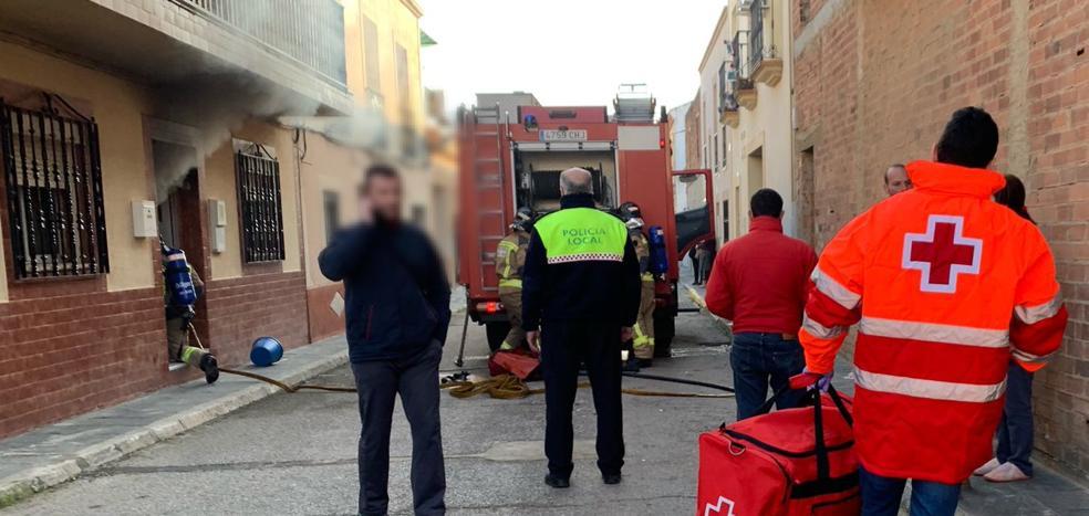 Atienden a un hombre de 94 años y a una mujer por un incendio en una vivienda en Talavera la Real