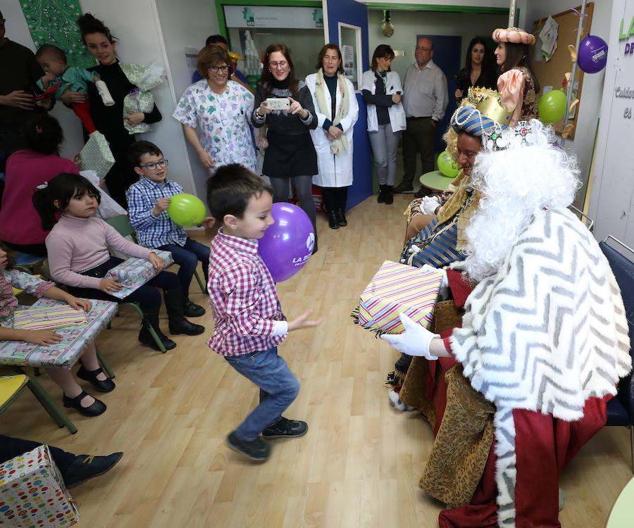Los Reyes Magos reparten ilusión y regalos en el Hospital de Mérida