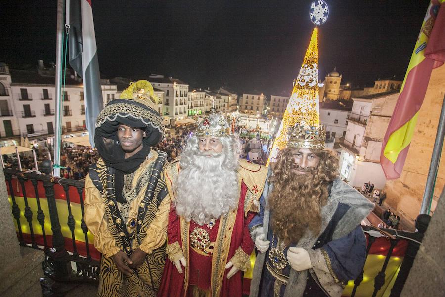 Sus Majestades de Oriente reparten ilusión en las calles de Cáceres
