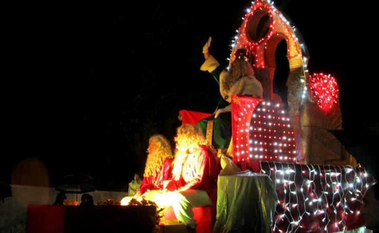 Los Reyes Magos reparten ilusión a su paso por Extremadura