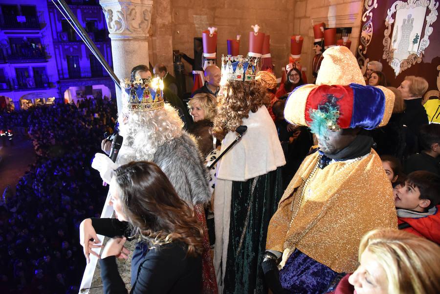 Hadas gigantes y soldaditos de plomo acompañan a los Reyes Magos en Plasencia