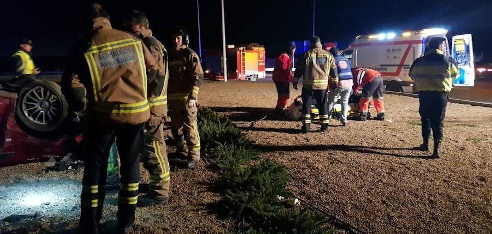 Herido al chocar con la nueva rotonda de la carretera de Campomayor en Badajoz y volcar dentro