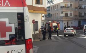 Una mujer de 75 años resulta intoxicada en el incendio de su vivienda en Almendralejo