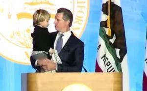 Emotiva escena durante un discurso