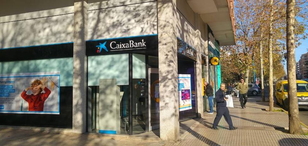 Un hombre vestido de Guardia Civil y con una pistola atraca una entidad bancaria en Badajoz