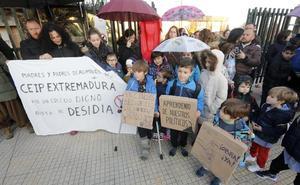 Padres y alumnos del colegio Extremadura de Cáceres protestan para exigir mejoras tras las averías