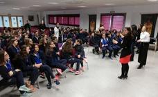 La cirujana Beatriz Martín anima a alumnos almendralejenses del Ruta de la Plata a no parar de formarse y a viajar