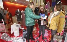 Vicenta García, de Santa Amalia, recibe en Mérida una macro cesta valorada en 3.500 euros