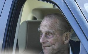 El duque de Edimburgo, un nonagenario al volante sin cinturón de seguridad