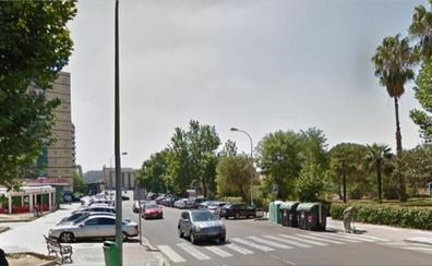 Un coche choca con otro parado en un paso de peatones de Badajoz y atropellan a una mujer