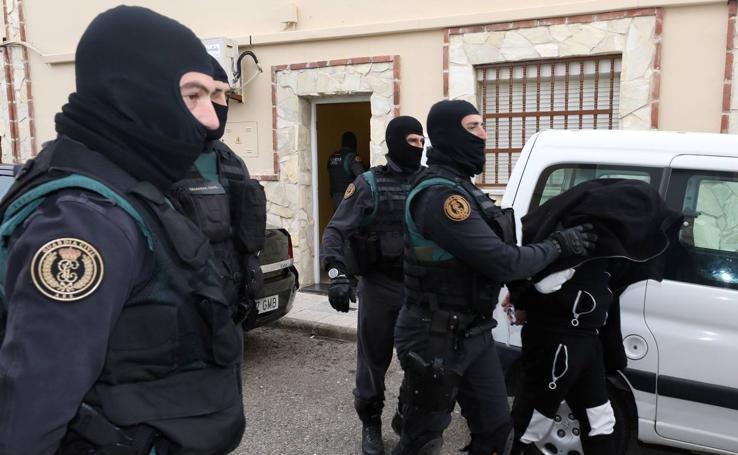 Registros y detenciones en Mérida y Santa Amalia en una macrorredada contra la droga