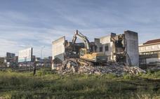 El Ayuntamiento de Badajoz derriba el edificio de la autopista afectado por la riada