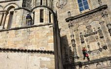 Limpieza en las alturas para adecentar la catedral de Plasencia