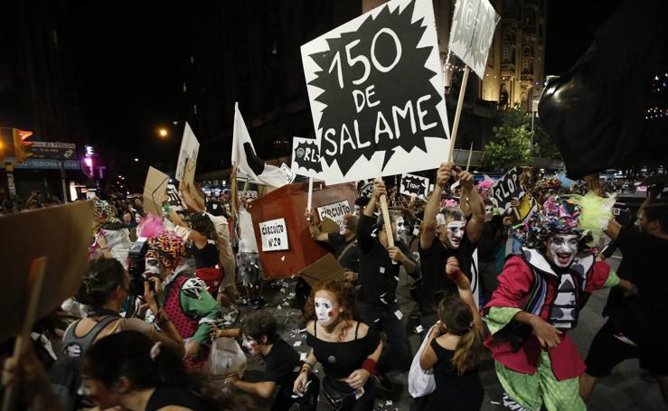 Desfile inaugural del carnaval más largo del mundo, en Montevideo