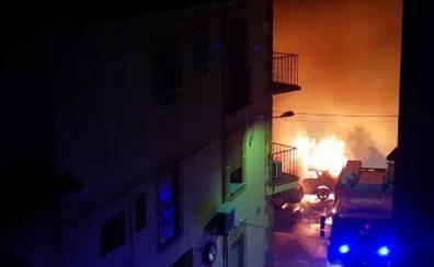 Arden tres coches en pleno centro urbano de Jaraíz