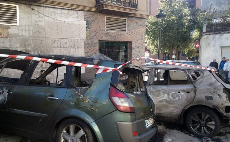 Arden tres coches en Jaraíz