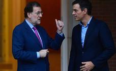 El PSOE defiende que Sánchez viaja como Rajoy, solo que sin «extra de whisky»