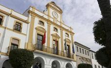 Instalan luces ornamentales en la fuente de la Plaza de España y la fachada del Ayuntamiento de Mérida